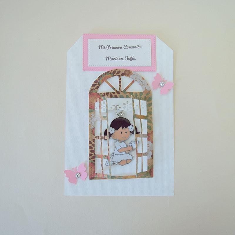 Llavero de niña rezando dentro de una ventanita