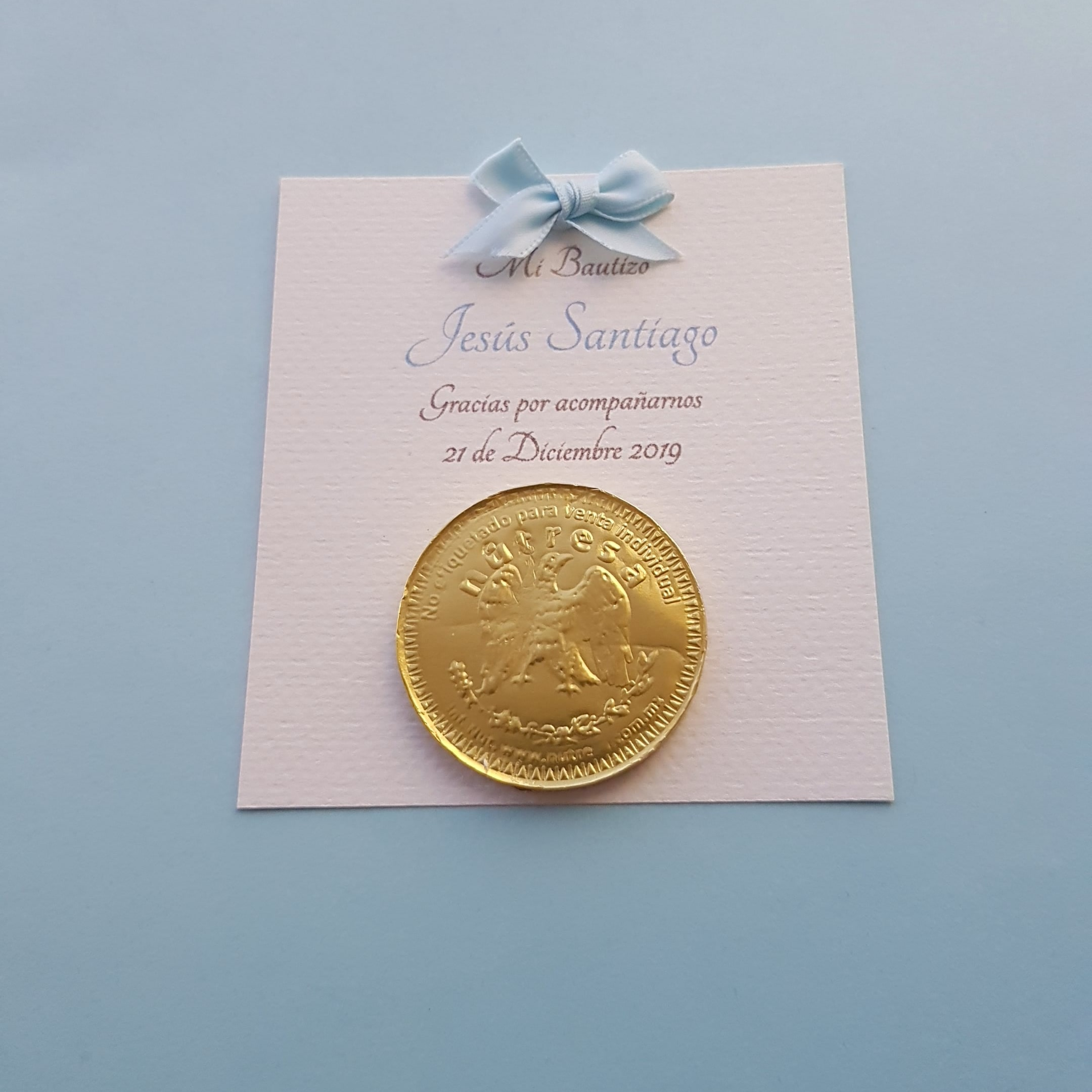 "Bolo para Bautizo con moneda de chocolate ''Petite Azul"""